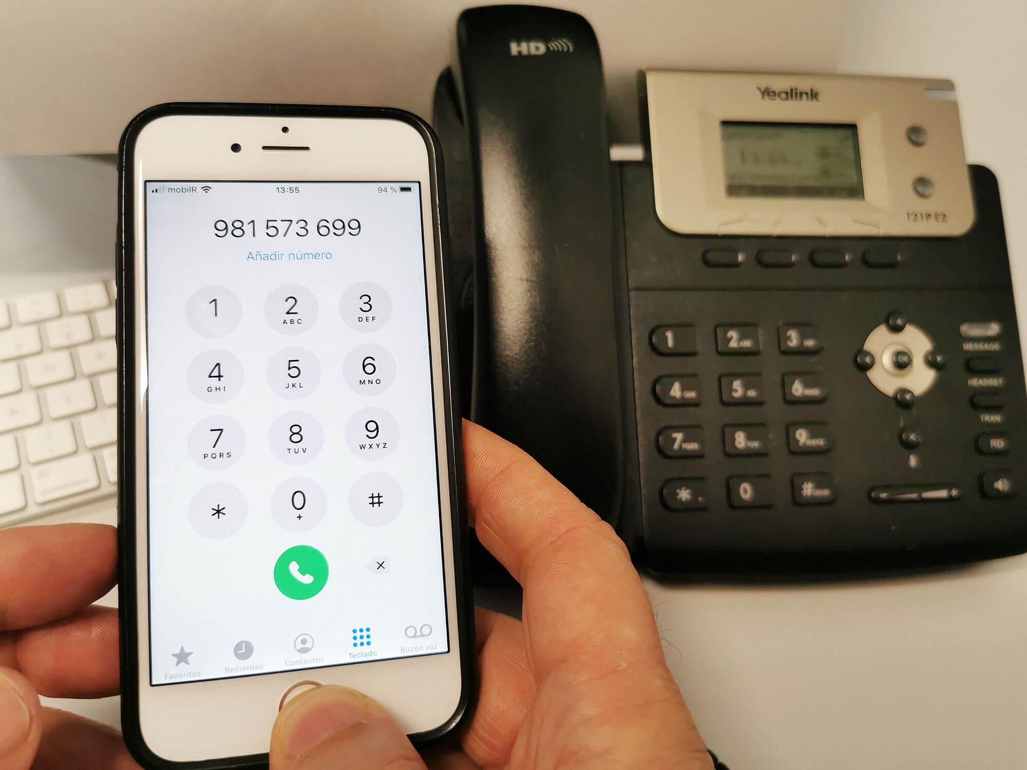 Fotografía de teléfono fixo e teléfono móbil con o número de Induagro marcado